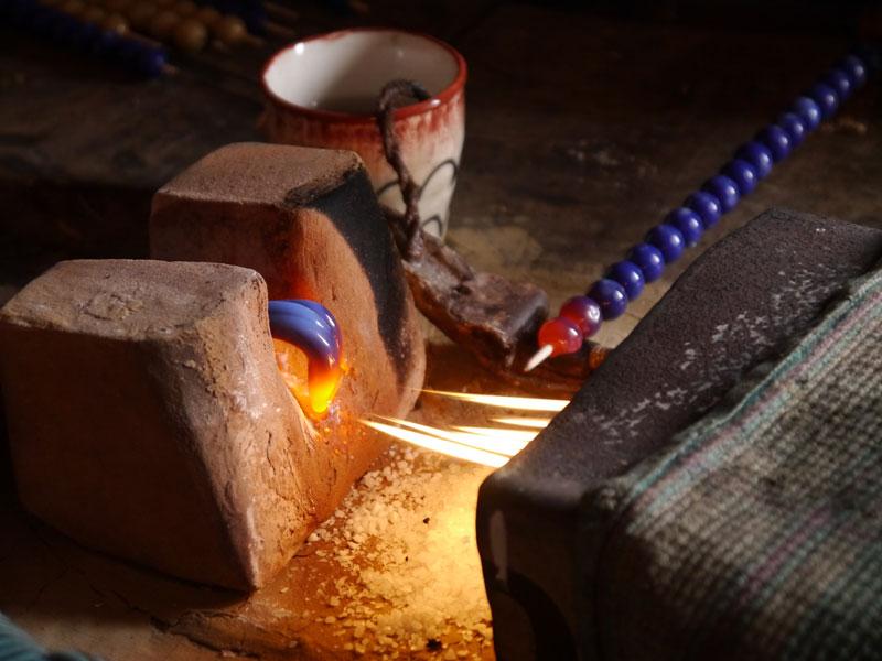 属型の上に置いて棒を回すと、型の丸みにあわせた形状に。