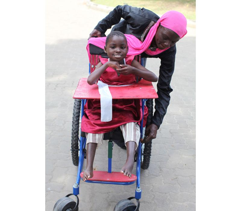 車椅子があることで、この少女は学校に通い、コミュニティーに参加することができます。