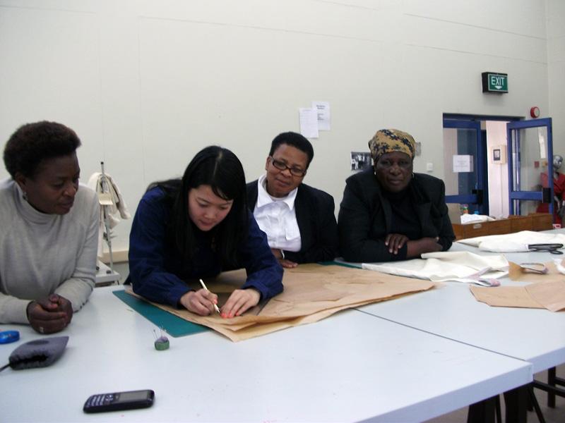 ボツワナの配属先の訓練試験センターで実施したトレーニングコースで指導するナリタさん