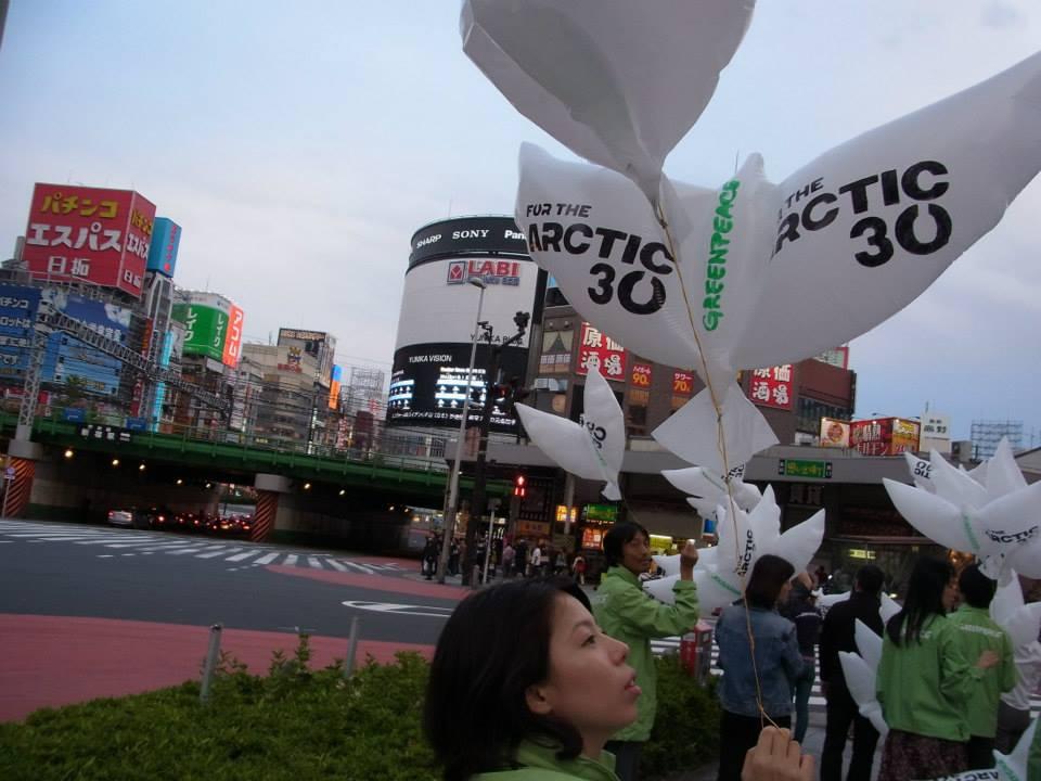 「北極の30人:直接抗議行動から30日」 ロシアの政府系企業ガスプロム社による北極の石油開発に抗議し、「海賊行為」で起訴されているグリーンピースの船の乗組員たち、通称「北極の30人」(Arctic 30)。抗議行動から30日たった10月18日、彼らの釈放を求める集まりが世界中で行われ、、日本からは平和の象徴であるハトの風船で応援の声を届けました。(東京、2013年10月18日)