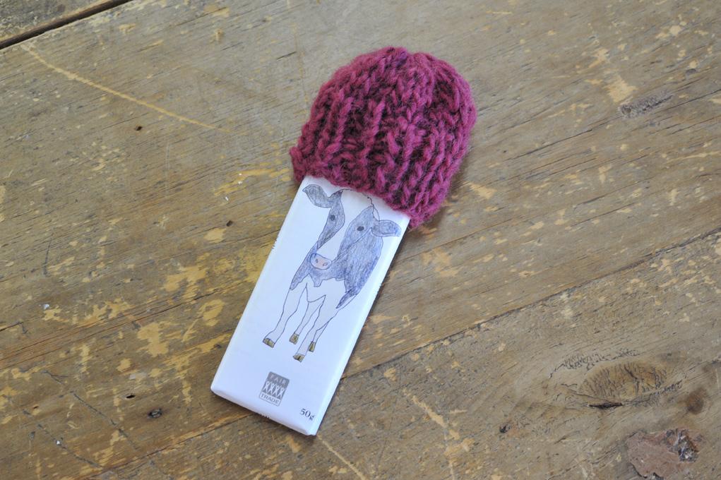 ワークショップに参加した営業スタッフがつくったチョコ帽子。帽子の高さは人によってまちまちでしたが、こちらは、ちょうどウシが被っているような長さに編めました。