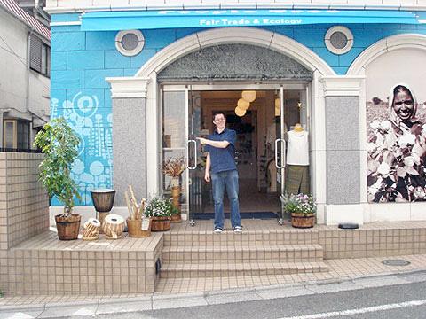 2008年、自由が丘店10周年にクリスがペイントした外壁。店内にもクリスのペイントがあります。