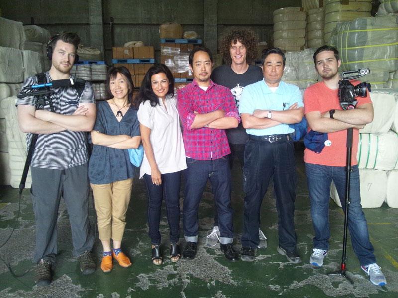 大正紡績製造部の多胡部長(右から2人目)、リー・ジャパン細川秀和さん(中央)、サフィア(左から3人目)、タネモリ(左から2人目)。ドキュメンタリーフィルムの撮影で同行したアメリカの制作チーム3人と。