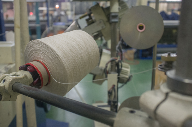 ヨコ糸の生成り糸は、こんなふうにボビンから送り出されていきます。