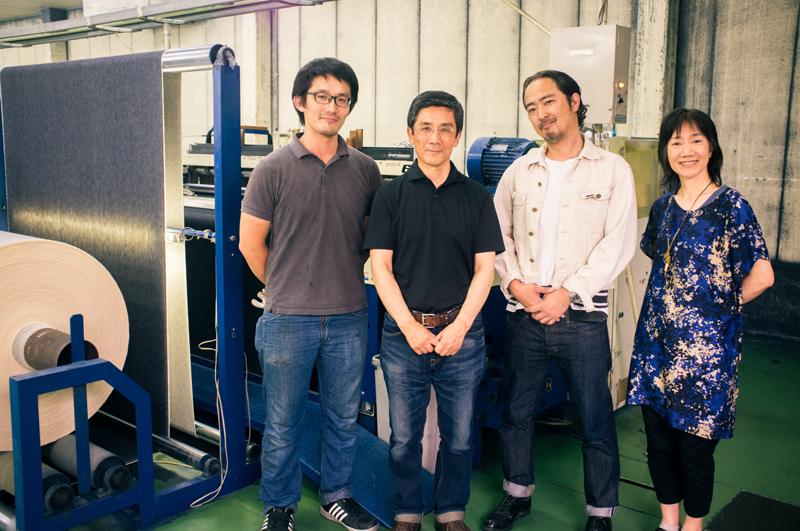 左から篠原テキスタイルの開発担当篠原由起さん、篠原由訓社長、リー・ジャパン ディレクター細川秀和さん、タネモリ