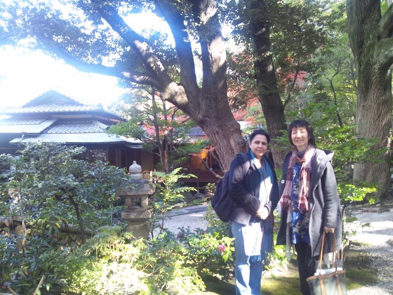 忙しい滞在の合間に訪れた、名古屋市の古川美術館で日本庭園を楽しんだムーンさん(左)とタネモリ