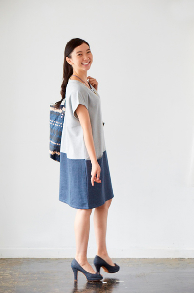 モデルの藤森真衣奈ちゃん (オーガニックコットン・フリース・カラーブロック・ポケットドレスとトートバッグを着用)