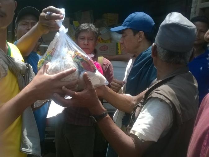 シンドゥパルチョウクとサンクウ地区の7つの村で行われた食糧配給活動のようす。写真提供 FTGN