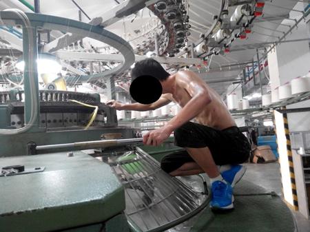 染料タンクの上で作業する労働者 (写真提供:ヒューマンライツ・ナウ)