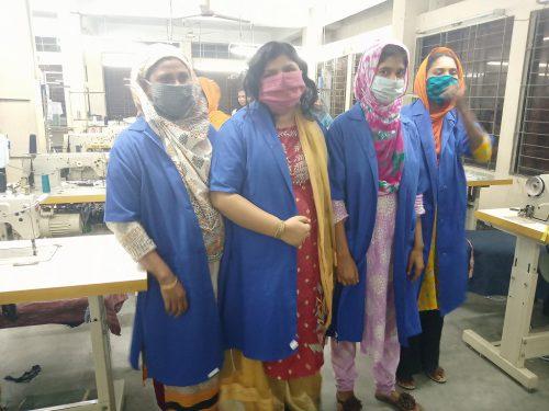 タナパラ・スワローズの工房にて。女性たちが着ているのは、感染リスクを低減するためにつくったユニフォーム